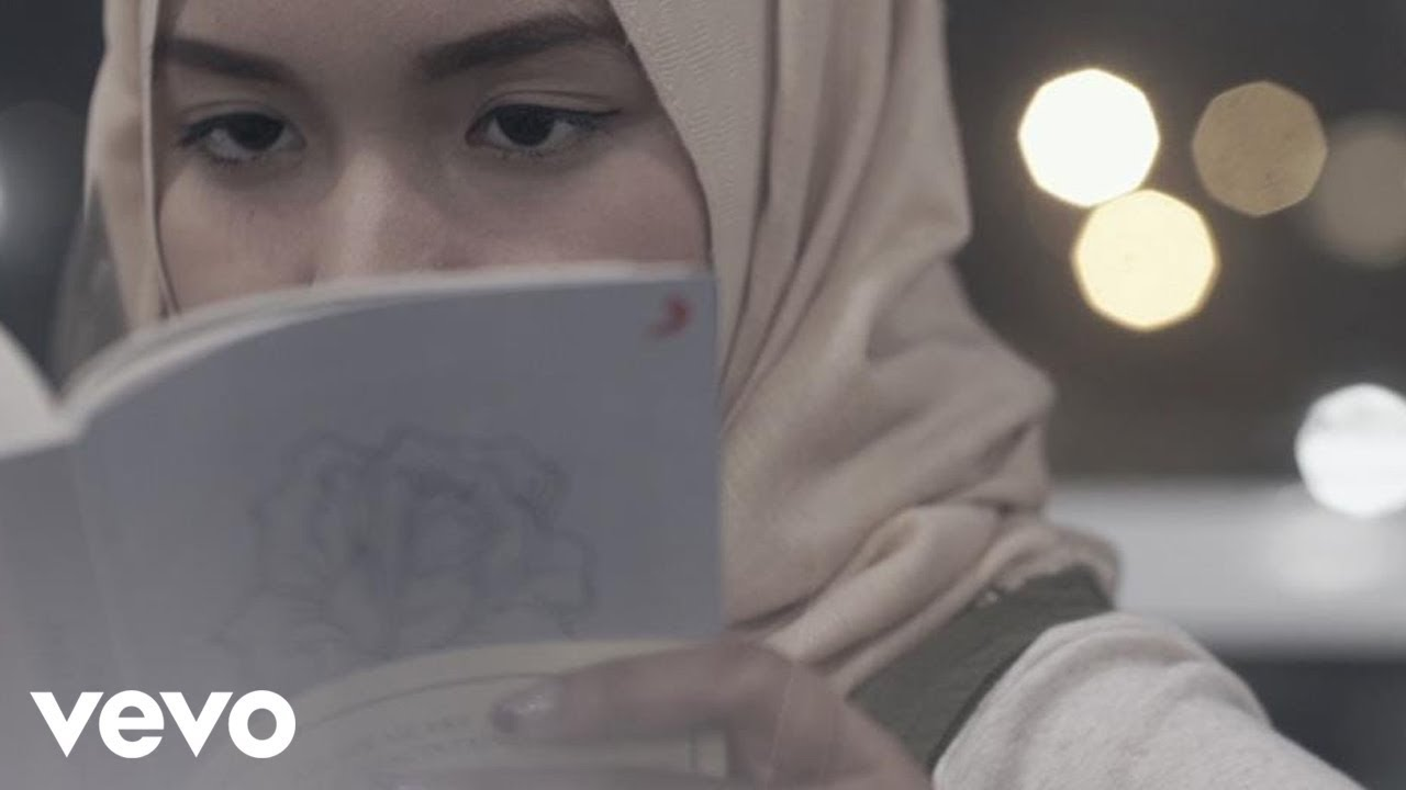 Fatin – Salahkah Aku Terlalu Mencintaimu (Official Lyric Video)