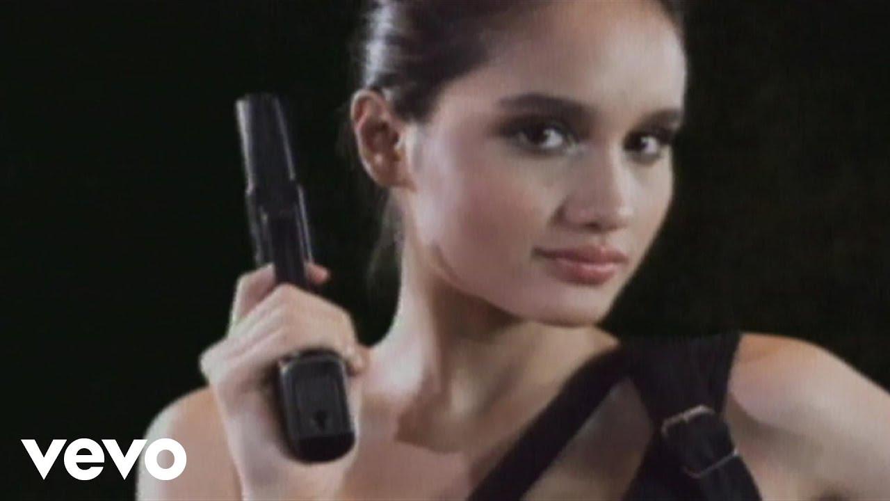 Cinta Laura Kiehl – Shoot Me (Video Clip)